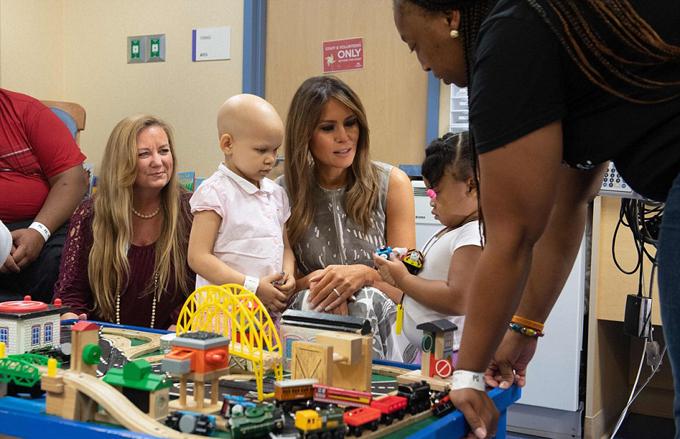 Đệ nhất phu nhân Mỹ chơi đùa, trò chuyện thân mật cùng các bệnh nhân nhí và gia đình các em. Ảnh: AFP.