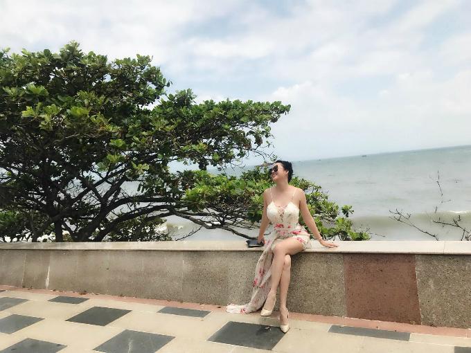 Phi Thanh Vân diện váy haidây khoe vòng 1 khủng.