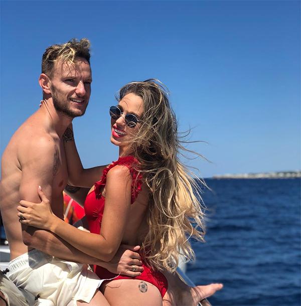 Trong khi nhiều đồng nghiệp đang lo tập luyện chuẩn bị cho mùa giải mới, Ivan Raktic vẫn mải miết vui chơi cùng bà xãRaquel Mauri tại một vùng biển. Tiền vệ người Croaita được Barca cho nghỉ thêm do vừa thi đấu ở World Cup 2018.
