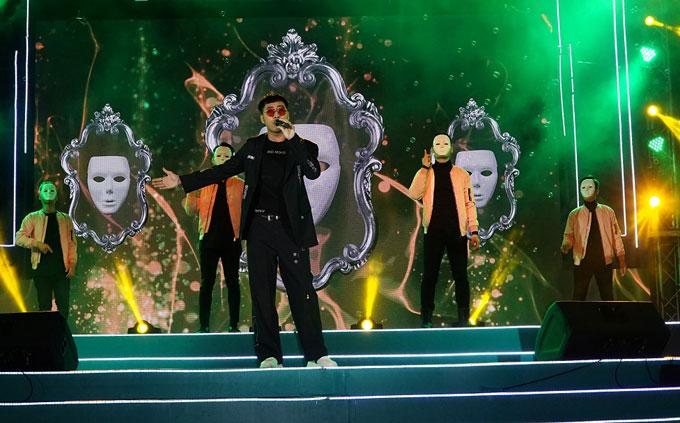 Rapper kiêm ca sĩ Only C mang đến ngày hội không khí vui tươi với các bài hát Quan trọng là thần thái, Yêu là tha thứ. Anh còn xuống sân khấu giao lưu với khán giả.