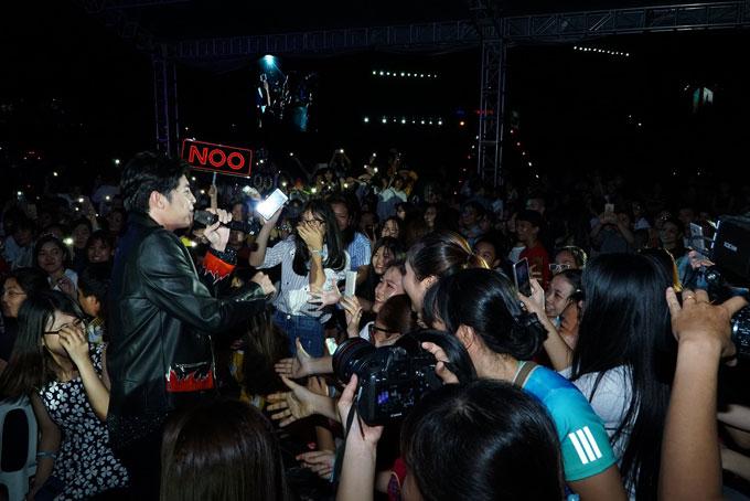 Noo Phước Thịnh  vừa xuất hiện trong đêm nhạc vào tối 22/7, tại Sân vận động Quân khu 7, TP HCM. Mặc dù thời tiết khá nóng nực nhưng nam ca sĩ vẫn chọn áo da sành điệu khi biểu diễn.