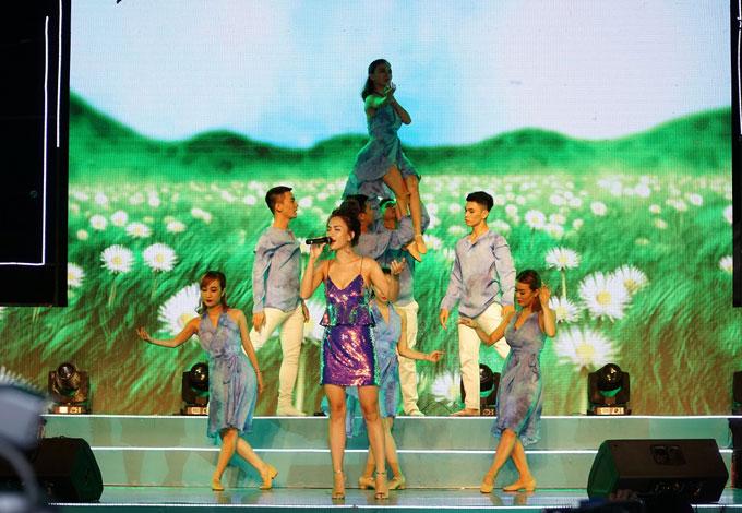 Người đẹp Ái Phương khoe giọng hát ngọt ngào với Tôi thấy hoa vàng trên cỏ xanh, Đi để trở về.