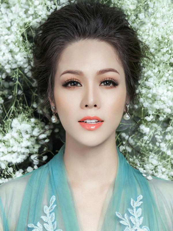 Để có được diện mạo mong manh như các tiểu thư thời cổ đại, Nhật Kim Anh được chuyên gia trang điểm tạo lớp nền mỏng nhẹ.