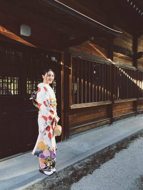 Văn Mai Hương hóa cô gái Nhật khi mặc Kimono. Nữ ca sĩ viết: Kimono là quốc phục mình yêu vô cùng chỉ xếp sau áo dài.Kimono không đơn thuần là trang phục truyền thống mà còn là một tác phẩm nghệ thuật.