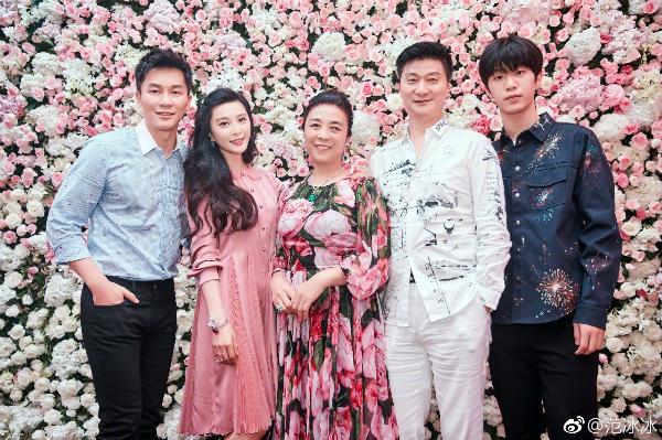 Hai chị em Băng Băng - Thừa Thừa chụp ảnh cùng bố mẹ và Lý Thần.