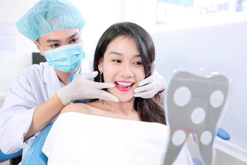 Diễn viên, người mẫu Diệu Ngọc với hàm răng trắng đẹp nhờ bọc răng sứ Showbiz HT tại nha khoa KIM.