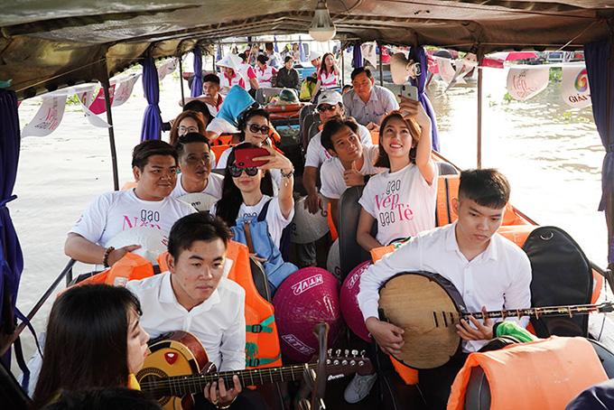 Khán giả vây kín khi dàn sao Gạo nếp gạo tẻ đi giao lưu ở chợ