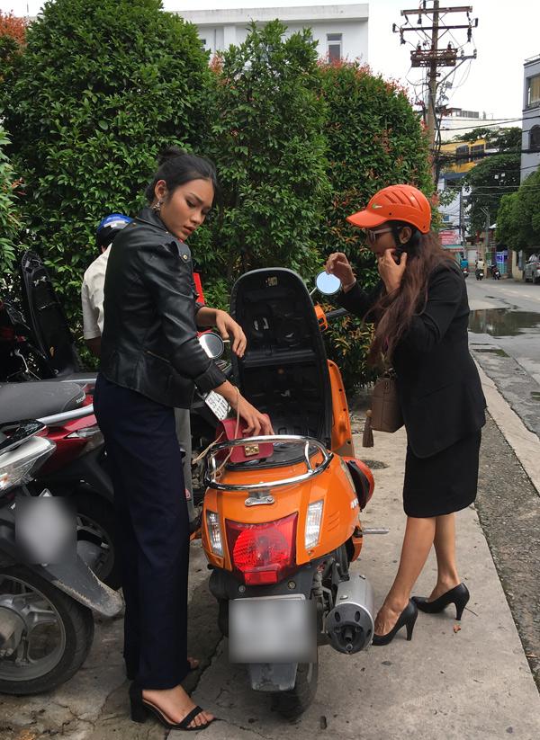 Kiều Trinh và con gái Thanh Tú thường chở nhau chạy show bằng xe máy. Diễn viên Mùa len trâu khá vất vả khi làm mẹ đơn thân của 3 đứa con. Tuy vậy, chị hạnh phúc vì vẫn sống được nhờ nghề diễn, các con biết yêu thương nhau.