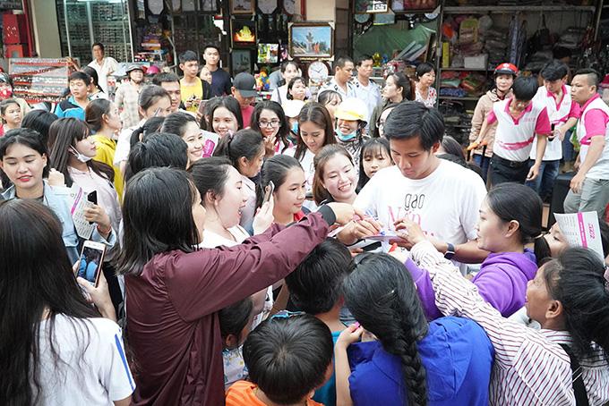 Khán giả vây kín khi dàn sao Gạo nếp gạo tẻ đi giao lưu ở chợ - 9