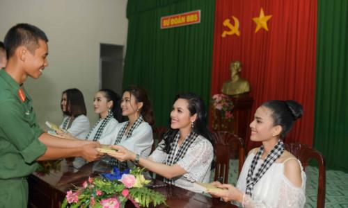 Hoa hậu, Á hậu Việt Nam giao lưu, tặng sách cho chiến sĩ