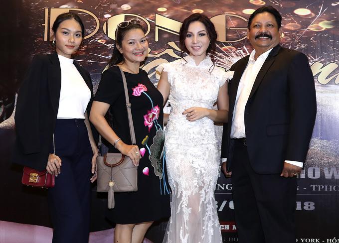 Mẹ con Kiều Trinh chúc mừng ca sĩ KhánhLoan (váy trắng) công bố tổ chức đêm nhạc riêng, đánh dấu chặng đường hơn 10 năm ca hát.