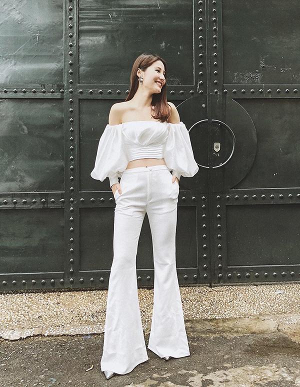 Áo tay tay bồng của Diễm My sử dụng dễ dàng phối hợp với các kiểu quần loe, skinny, chân váy jeans, váy chữ A dáng ngắn.
