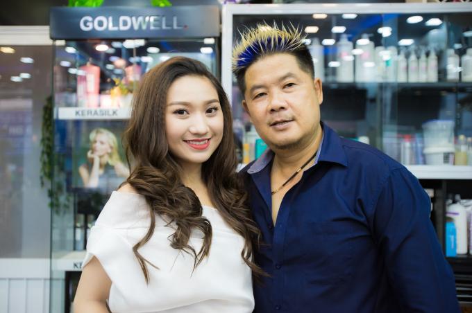 Cao Mỹ Kim với kiểu tóc cắt so le dài uốn lọn to bên cạnh nhà tạo mẫu tóc Thanh Tùng