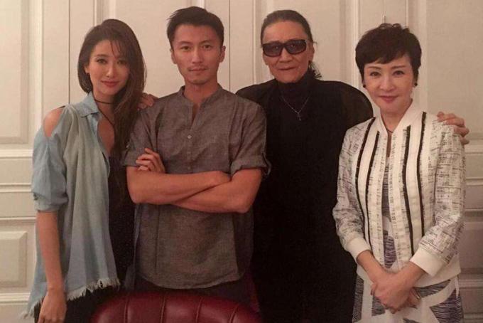 Tạ Đình Phong và Tạ Đình Đình chụp ảnh cùng cha mẹ.