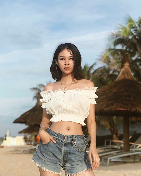 Mix áo crop top cùng jeans xé gấu như Phí Phương Anh để xây dựng hình ảnh của một cô nàng năng động, trẻ trung.