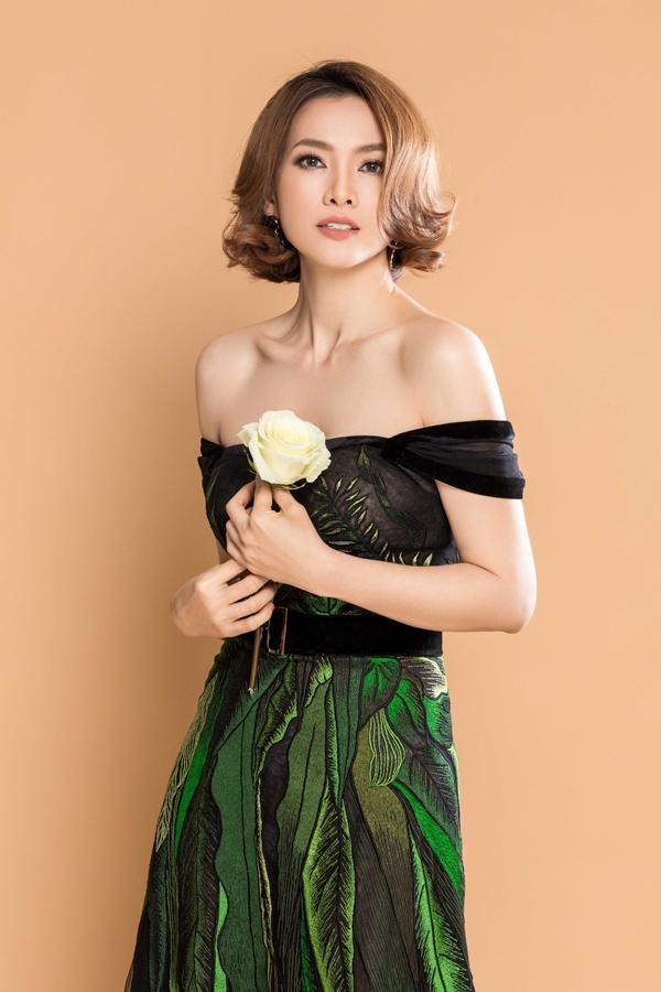Đầm kheo vai trần khi tham gia tiệc tùng của Anh Thư được chăm chút về kiểu dáng, phối hợp chất liệu voan, vải in và nhung đen.