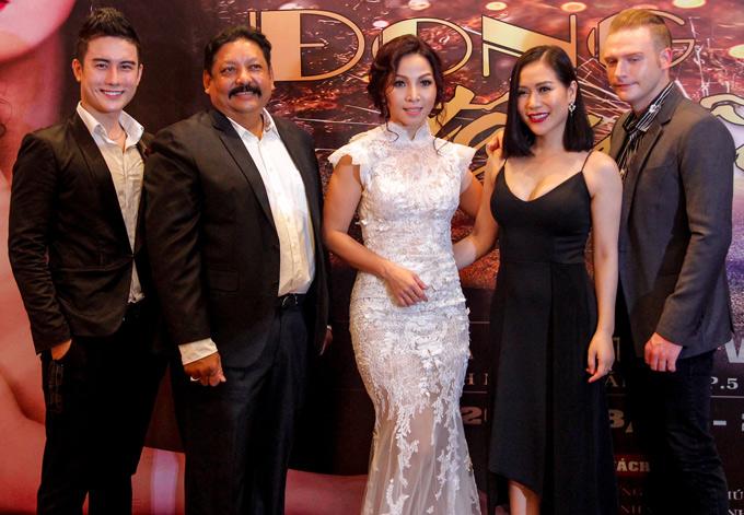 Hồng Mơ (váy đen) và ca sĩ Kyo York (ngoài cùng bên phải) là những đồng nghiệp thân thiết với Khánh Loan.