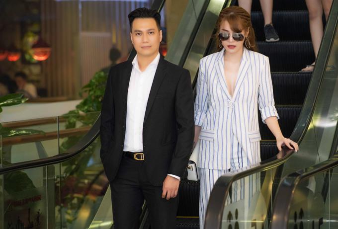 Việt Anh thừa nhận, vợ anh không giữ được bình tĩnh khi nghe tin đồn chồng cặp kè với Quế Vân. Tuy nhiên sau khi nam diễn viên giải thích, bà xã đã hoàn toàn yên tâm.