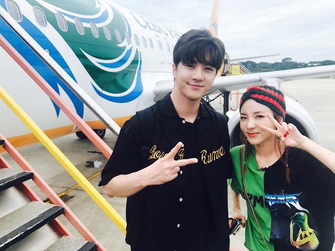 Dara và em trai Thunder nhí nhảnh chụp hình cùng nhau.