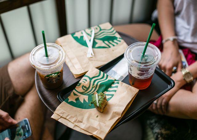 Starbucks sẽ bỏ ống hút nhựa và nghiên cứu sản xuất cốc tái chế đến năm 2020. Ảnh:Bloomberg.