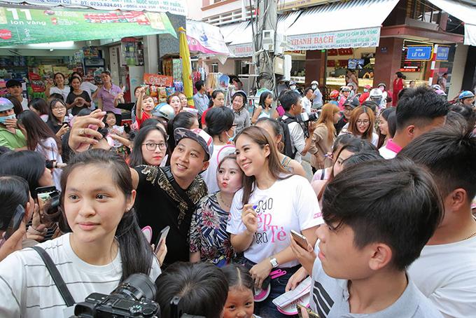 Khán giả vây kín khi dàn sao Gạo nếp gạo tẻ đi giao lưu ở chợ - 7