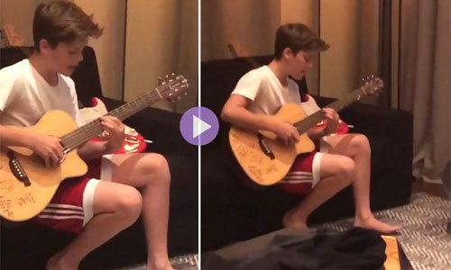 Vic 'quay lén' con trai say sưa ôm đàn hát hit của Justin Bieber
