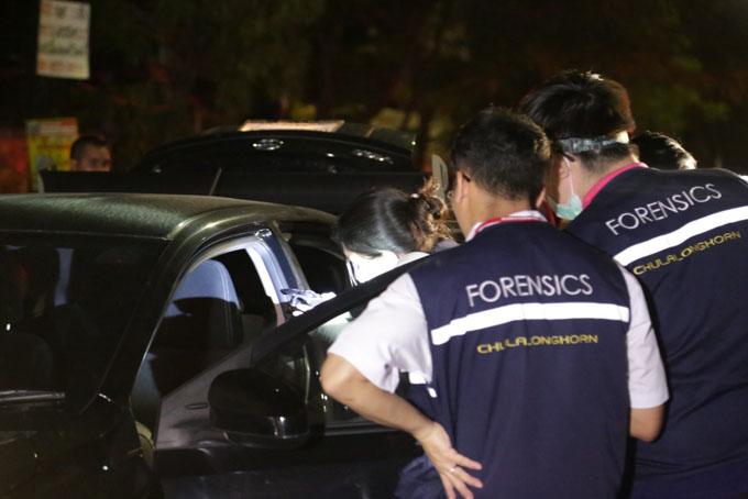 Các nhân viên pháp y tại hiện trường vụ giết người tối 24/7. Ảnh: Asia One.