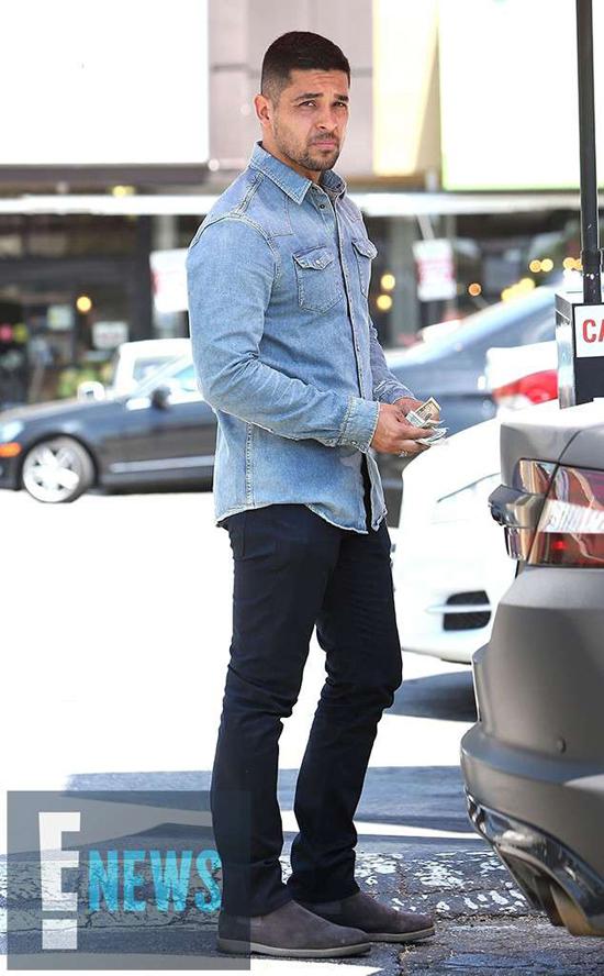 Wilmer Valderrama đến viện thăm Demi Lovato hôm thứ 4.