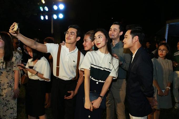 Thiên Minh, Bùi Việt Hà, Helly Tống, Tim Pham & Quang Vinh đang thích thú selfie.