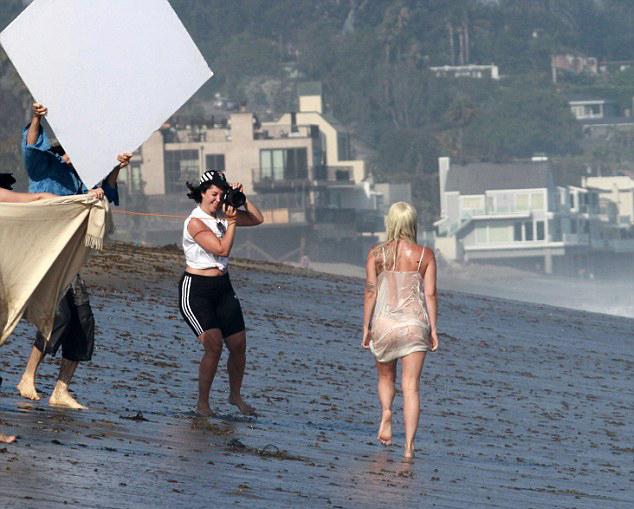 Giọng ca Born This Way cũng phải chụp đi chụp lại nhiều lần.