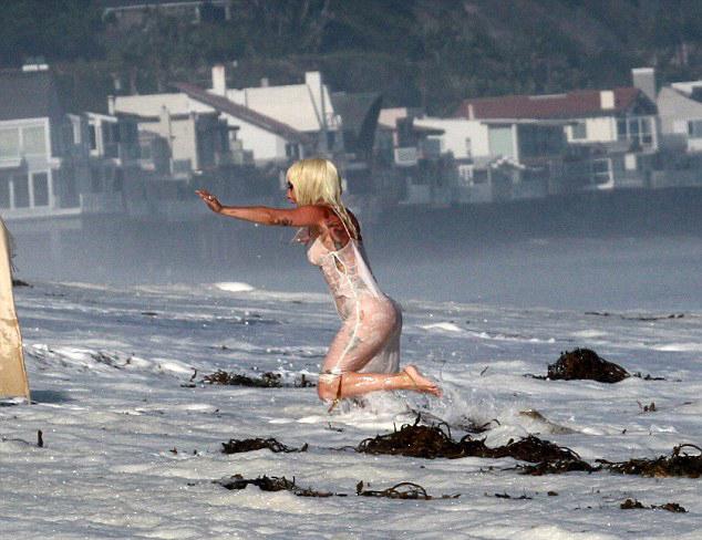 Tuy nhiên, sóng lớn xô bờ khiến Gaga bị ướt nhẹp.