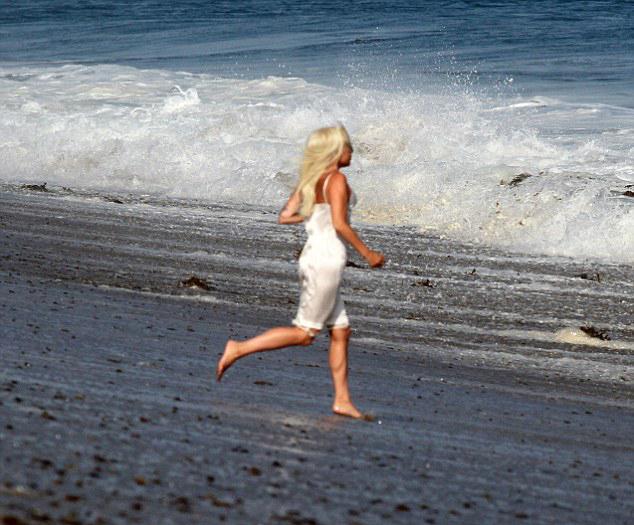 Lady Gaga có buổi chụp hình vào sáng sớm hôm 25/7. Cô diện váy lụa trắng, tung tăng chạy trên bãi biển Malibu.