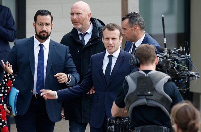 Vị vệ sĩ 26 tuổi luôn theo sát Tổng thống Pháp trước khi bị bắt. Ảnh: AFP.