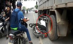 Người đàn ông thoát chết khi ngã xe máy va đầu vào bánh ôtô tải