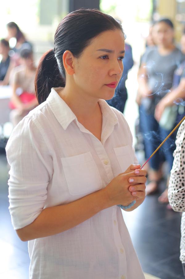 Diễn viên Ngọc Trinh buồn bã thắp cho người anh đồng nghiệp thân thiết nén nhang tiễn biệt. Chị từng diễn xuất cùng nghệ sĩ Thanh Hoàng trong nhiều vở kịch và cả những bộ phim truyền hình.