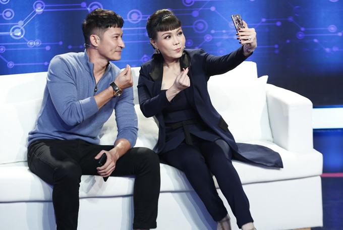 Huy Khánh và Việt Hương được mời ngồi ghế ban cố vấn gameshow Tần số tình yêu. Trong khi chờ ghi hình tập 5, hai nghệ sĩ tranh thủ bắn tim,chụp ảnh selfie cùng nhau.