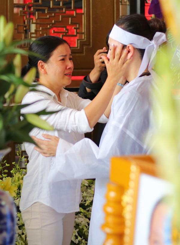 Ngọc Trinh bật khóc khi nhìn vợ Thanh Hoàng tiều tụy đứng cạnh linh cữu chồng.