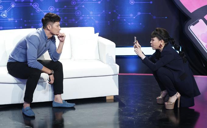 Chàng diễn viên từng là người mẫu nên không gặp khó khi được Việt Hươngyêu cầu diễn 50 sắc thái biểu cảm.