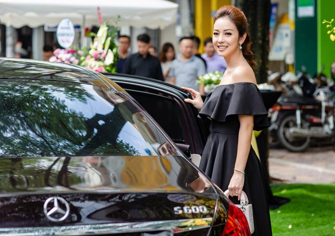 Jennifer Phạm cho biết vì ông xã Đức Hải bận công việc nên cử tài xế của anh chở vợ chạy show.