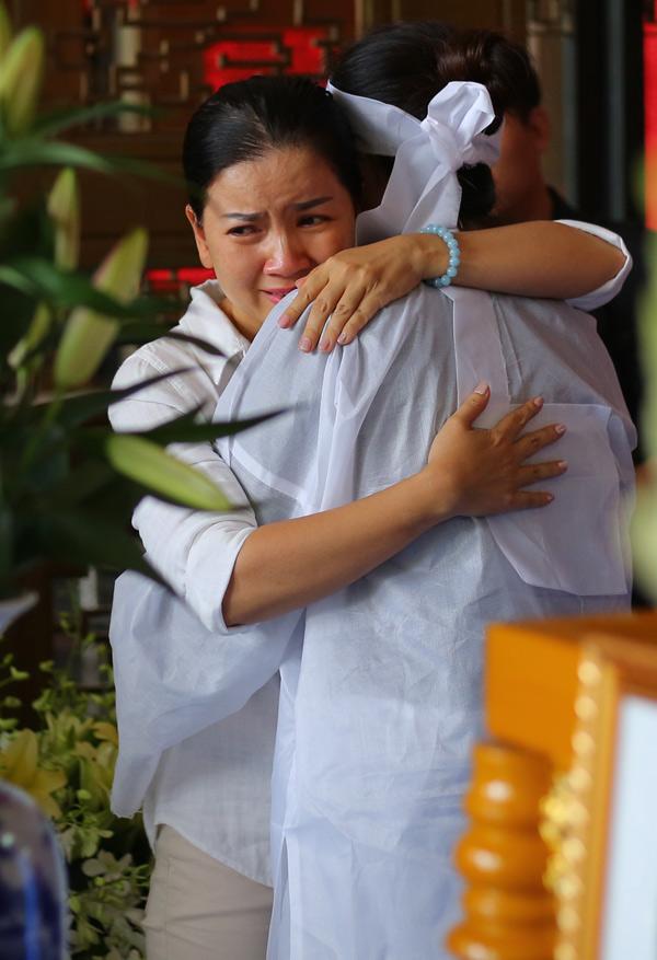 Nữ nghệ sĩ động viên chị Đào bằng một cái ôm chặt. Ngọc Trinh chia sẻ, chị bàng hoàng khi nghe tin nghệ sĩ Thanh Hoàng mất. Bởi vài năm trước khi gặp Thanh Hoàng, thấy anh gầy gò, chị hỏi thăm nhưng anh nói vẫn bình thường, không ốm đau gì.