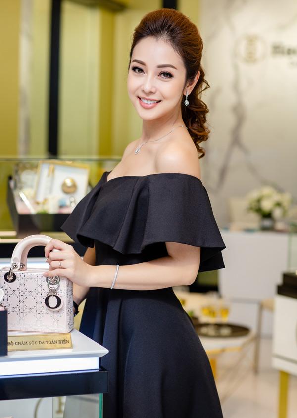 Hoa hậu châu Á tại Mỹ 2006 xách túi hiệu, khoe vẻ sang trọng, gợi cảm trong một sự kiện ở Hà Nội.