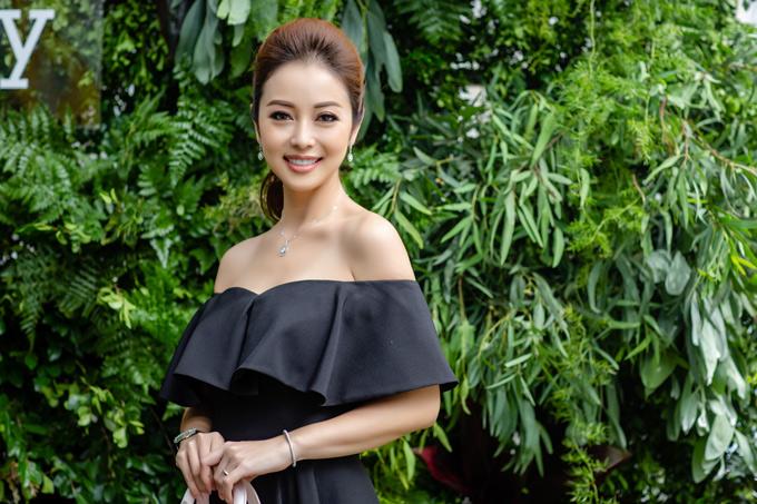 Cô tiết lộ bộ váy hở vai đang mặc là của nhà thiết kế Vũ Thu Phương tặng.