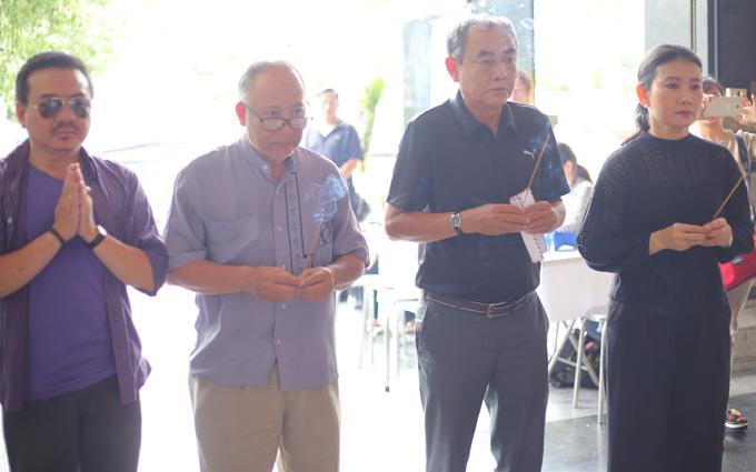 Mỹ Uyên cùng nghệ sĩ Việt Anh (thứ hai từ phải qua) và các đông nghiệp thắp nhang từ biệt nghệ sĩ Thanh Hoàng.