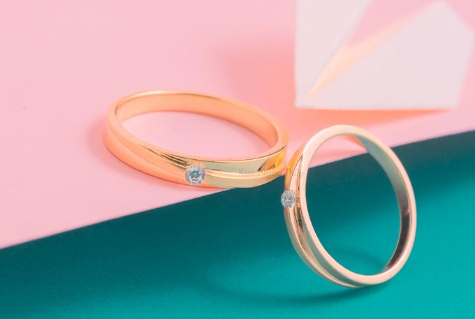 Nhẫn cưới A26  Nhẫn cưới tròn được điểm ở giữa một hột chủ tinh tế  Kết hợp xi 2 màu nổi bật  Thiết kế năng động, khoẻ khoắn  Mang đến cho đôi uyên ương nét đẹp phá cách, hiện đại