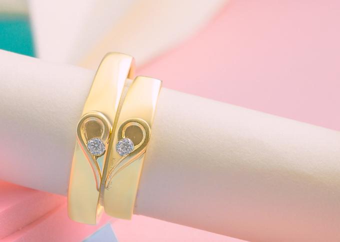 Nhẫn cưới C8  Nhẫn cưới hai nữa trái tim. Nhẫn được thiết kế theo form dáng trẻ trung & sành điệu. Được điểm một hột chủ ở giữa. Tạo nét hài hòa cân đối cho cặp nhẫn. Kết hợp họa tiết trái tim kết đôi,mang ý nghĩa về một tình yêu lãng mạn