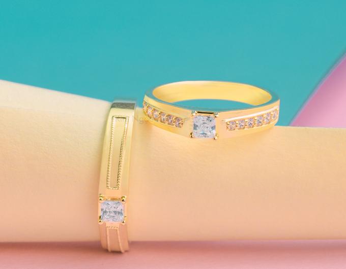 Nhẫn cưới E468  Đôi nhẫn với thiết kế hạt chủ vuông độc đáo mới lạ  Nhẫn nam đơn giản với viên đá chủ, kết hợp hài hòa cùng nhẫn nữ với 2 hàng đá tấm sang trọng. Kiểu dáng cách điệu nhưng vẫn giữ được nét đẹp truyền thống của 1 đôi nhẫn cưới.