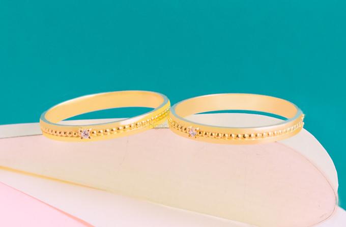 Nhẫn cưới H8  Nhẫn được thiết kế bề bản mảnh đơn giản nhưng không kém phần phá cách với những đường bi, kết hợp cùng viên đá chủ nhỏ mang đến nét đẹp riêng cho sản phẩm.