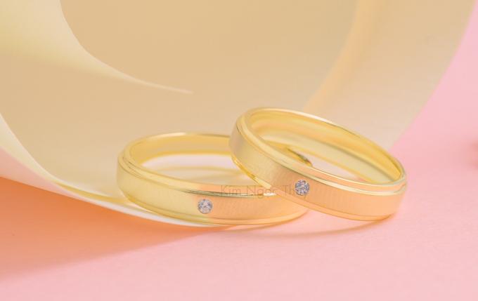 Nhẫn cưới S133  Chạy nhám trên bề mặt nhẫn tạo cảm giác mới lạ, thu hút  Hai bên đai nhẫn được thiết kế góc cạnh độc đáo  Là sự lựa chọn hoàn hảo cho cặp đôi yêu thích sự đơn giản nhưng vẫn nổi bật, cá tính.