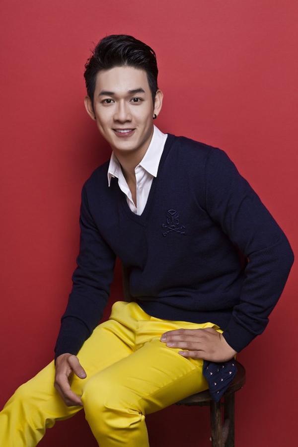 Song Luân tên thật Nguyễn Trường Sinh,sinh năm 1991. Anh bước vào showbiz với tư cách ca sĩ, từng gia nhập công ty giải trí của Thúy Vinh và được nhạc sĩ Khắc Việt nâng đỡ. Với chiều cao 1,8m cùng gương mặt điển trai, Song Luân từng được dự đoán là gương mặt triển vọng trong làng nhạc.