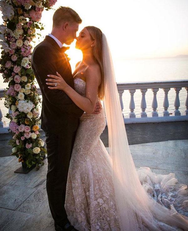 Tháng 6 năm ngoái, ngôi sao người Bỉ chia sẻ khoảnh khắc đáng nhớ trong ngày cưới khi mặc lễ phục bên cô dâu xinh đẹp Michele.